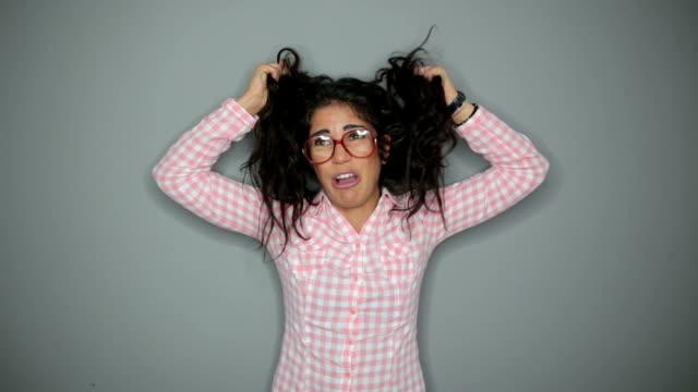 vídeos de stock e filmes b-roll de frustrated student girl - puxar cabelos