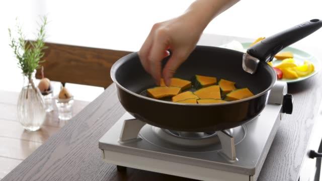 フライパンでかぼちゃを炒めます。 - 田舎のライフスタイル点の映像素材/bロール