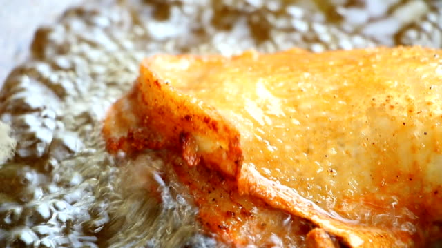 フライパンで鶏を揚げる - 油料理点の映像素材/bロール