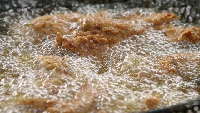 vidéos et rushes de faire frire le poulet - aliment frit