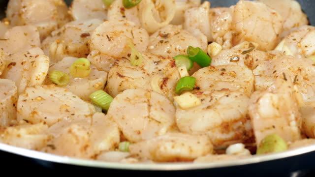 frying delicious scallops - abbrustolito video stock e b–roll