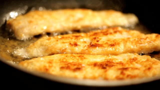 vidéos et rushes de poisson qui cuit - aliment frit