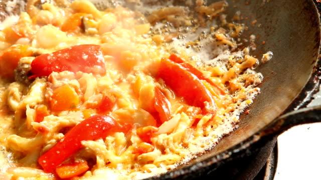 vídeos de stock, filmes e b-roll de fritando o cogumelo com os ovos na bandeja - dieta paleo