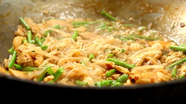 vídeos de stock e filmes b-roll de frying  noodles in pan - comida asiática