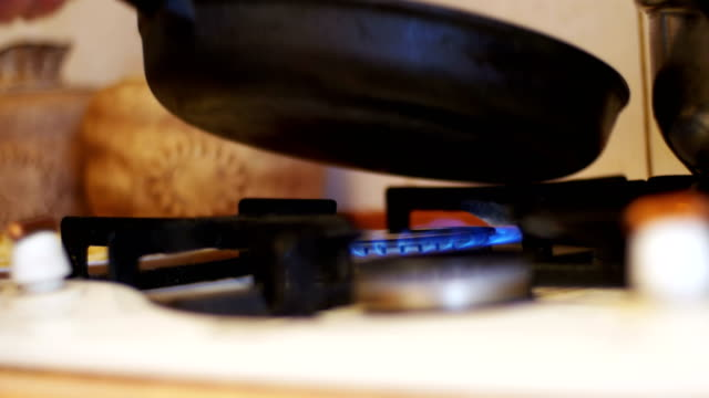 vídeos de stock e filmes b-roll de frying pan on a gas ring stove with burning in the home kitchen - great basin