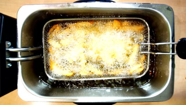 vidéos et rushes de friture de pommes de terre. - croustillant