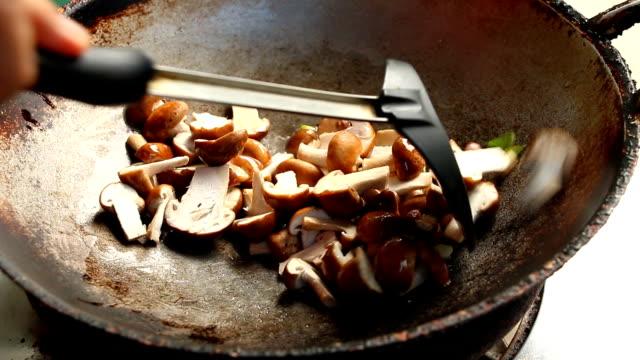 vídeos de stock, filmes e b-roll de fritando o cogumelo do shiitake na bandeja - dieta paleo