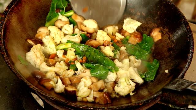 vídeos y material grabado en eventos de stock de seta shiitake frito con coliflor - dieta paleolítica