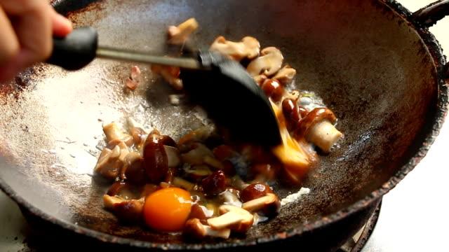 vídeos de stock, filmes e b-roll de fritando o cogumelo do shiitake com os ovos na bandeja - dieta paleo