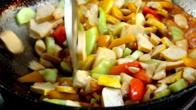 豆腐と野菜をフライパンで炒める - ベジタリアン料理点の映像素材/bロール