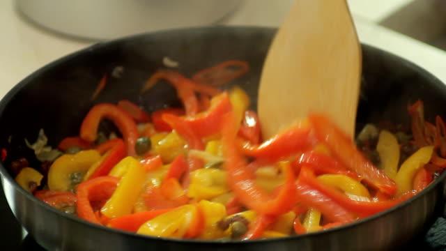 fryng food - frying pan bildbanksvideor och videomaterial från bakom kulisserna