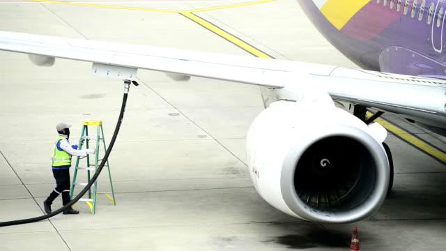 vídeos de stock e filmes b-roll de fueling um avião - combustível fóssil