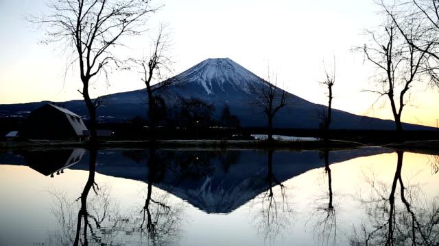 富士山の麓パラ キャンプ日の出 - 冬点の映像素材/bロール