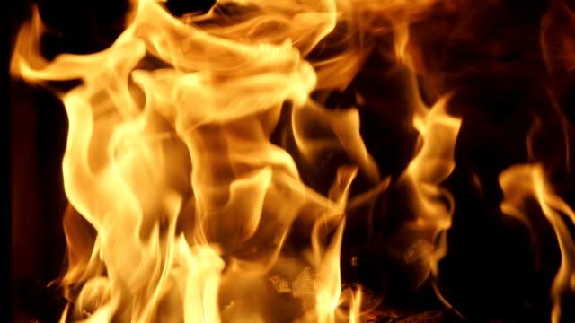 vidéos et rushes de plein cadre brûlant des flammes dans la cheminée - slow motion - bois texture