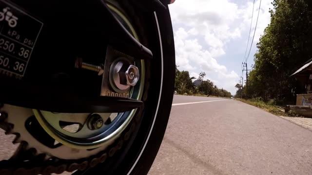 """vídeos de stock, filmes e b-roll de pov completo hd um função da rede e roda traseira enquanto estiver dirigindo uma motocicleta"""""""" - clipe"""