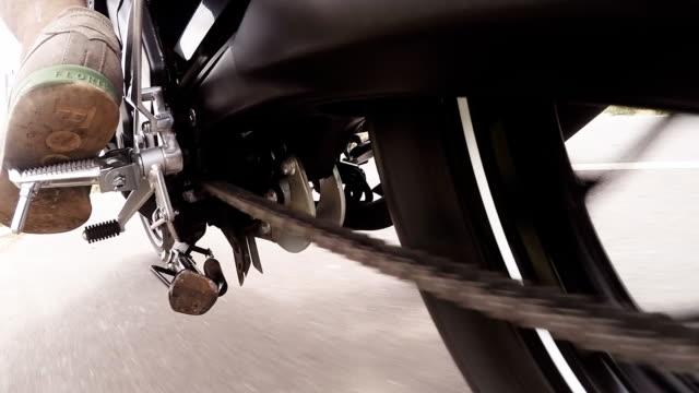 vídeos de stock, filmes e b-roll de pov em completo hd um função da cadeia, enquanto estiver dirigindo uma motocicleta - clipe