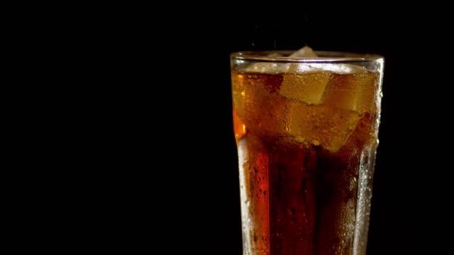 vídeos de stock e filmes b-roll de full misted glass of cola rotated - bebida fresca