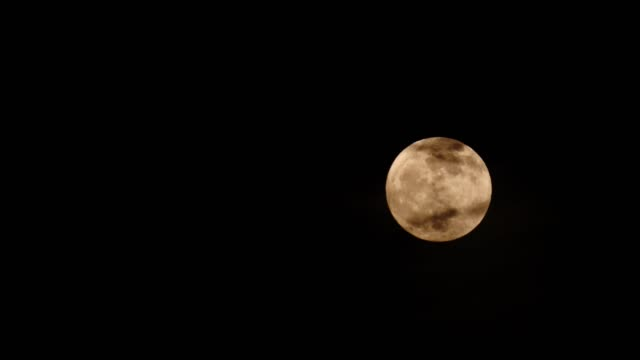 vollmond in der nacht am schwarzen himmel - weltraum und astronomie stock-videos und b-roll-filmmaterial