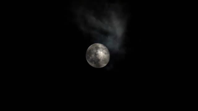 vollmond am himmel mit wolken in der nacht. - weltraum und astronomie stock-videos und b-roll-filmmaterial