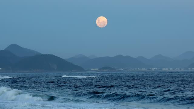 vídeos y material grabado en eventos de stock de full moon rising - marea