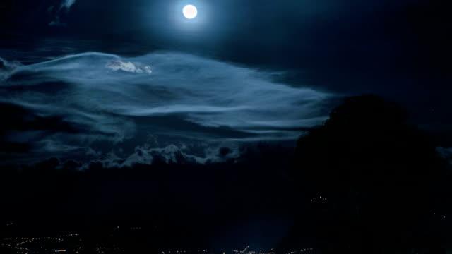 """vídeos de stock, filmes e b-roll de luna llena """"em quito, equador, - equador latitude"""