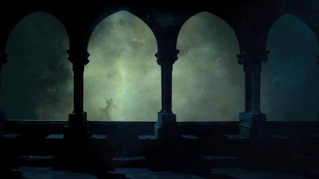 vídeos de stock, filmes e b-roll de lua cheia surge através das nuvens no céu escuro azul noturno - castelo
