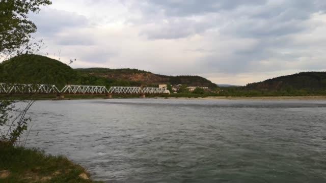 full-flödande berg flod - karpaterna tåg bildbanksvideor och videomaterial från bakom kulisserna