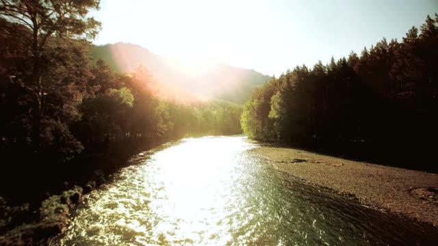vista aerea fullhd fhd. volo basso sul fresco fiume di montagna freddo nella soleggiata mattina d'estate - acqua dolce video stock e b–roll