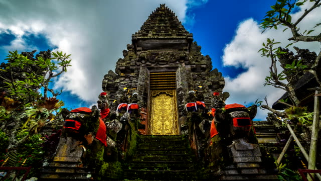fullhd timelapse. clouds in pura ulun danu batur temple. 15 july 2015, bali, indonesia - tempio video stock e b–roll