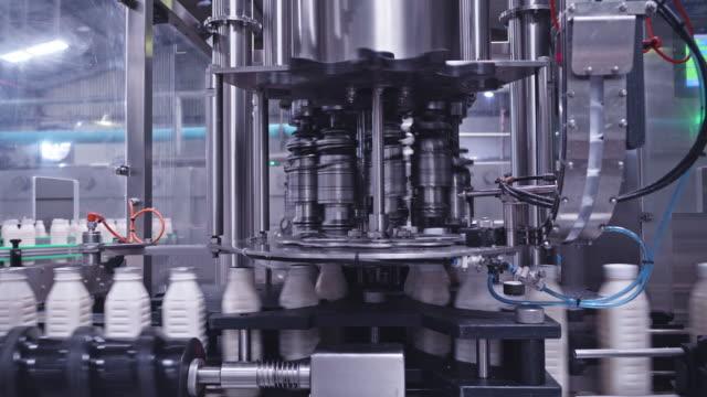 fully automated high speed milk bottling plant - манипулятор робота производственное оборудование стоковые видео и кадры b-roll