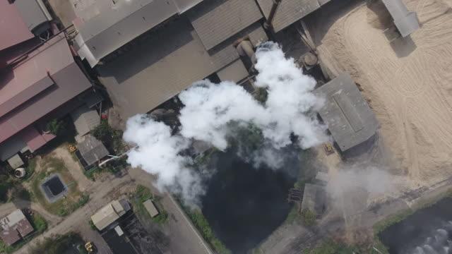 煙、工場からの大気汚染、空中ショット ビデオ