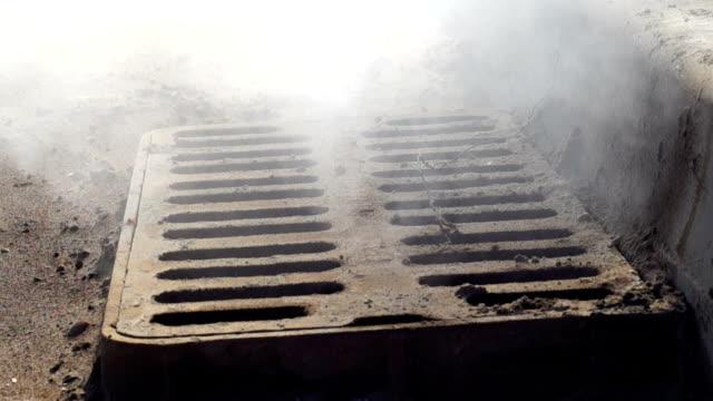 kamin rauchende kanalisationsabflüsse - asphalt stock-videos und b-roll-filmmaterial