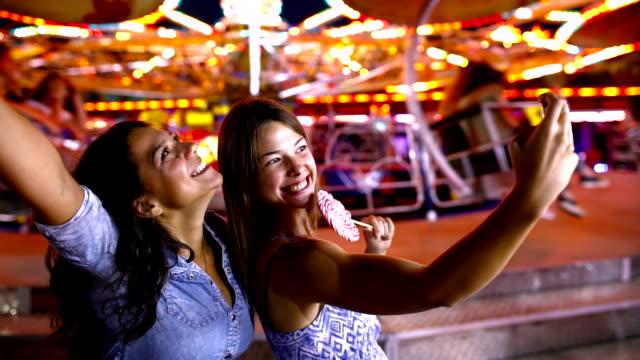 vídeos y material grabado en eventos de stock de diversión en el parque de atracciones - carnaval