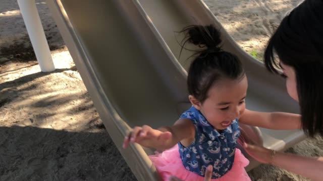 divertimento al parco con la mamma - slitta video stock e b–roll
