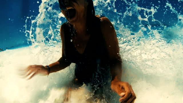 Diversión en el machacamiento de las olas. - vídeo