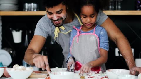 divertimento in cucina - cucinare video stock e b–roll