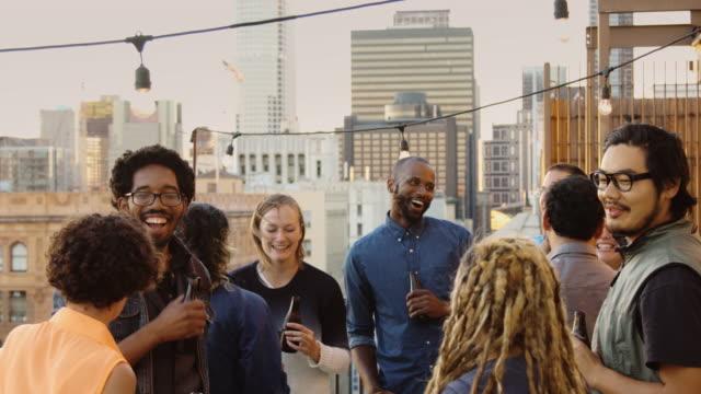 spaß moderne jugendliche auf rooftop party - dachgarten videos stock-videos und b-roll-filmmaterial