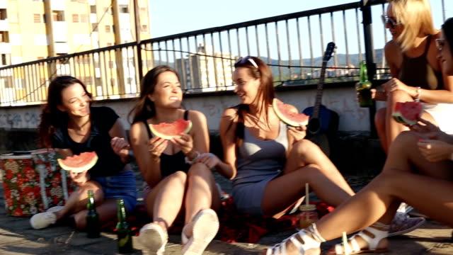 spaß auf den aufbau von dach mit freunden - teenage friends sharing food stock-videos und b-roll-filmmaterial