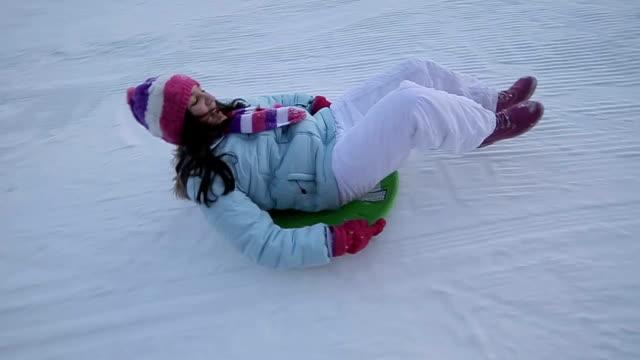 divertimento sulla pista da sci,ripresa di stabilizzazione della fotocamera - slitta video stock e b–roll
