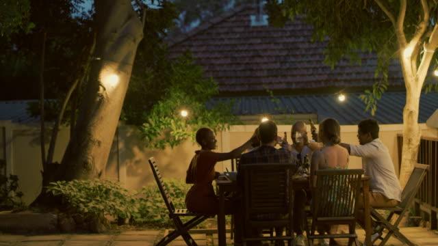 vídeos de stock e filmes b-roll de fun weekends have good friends in them - mesa mobília