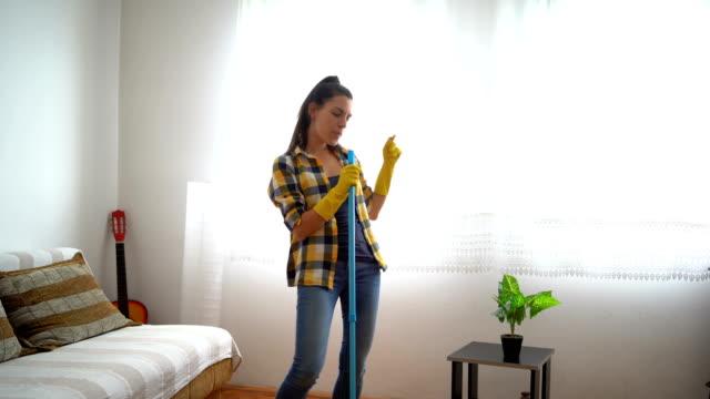 stockvideo's en b-roll-footage met plezier met dweilen - vrouw schoonmaken