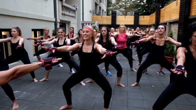fun workout - donna forzuta video stock e b–roll