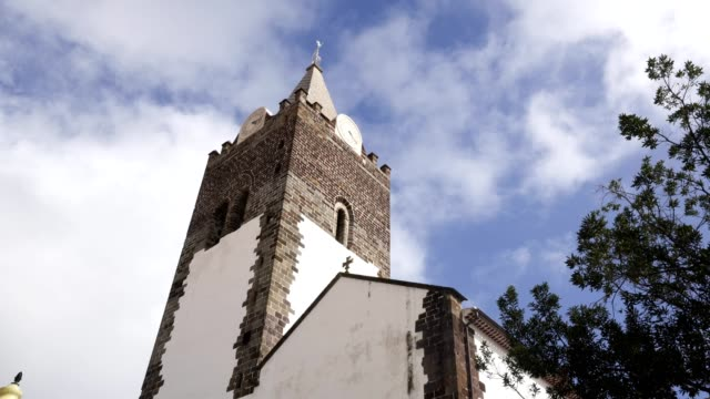 vídeos de stock e filmes b-roll de funchal cathedral church tower seen from the street in madeira - funchal madeira