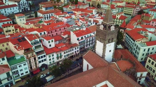 vídeos de stock e filmes b-roll de funchal - madeira island, portugal - aerial view of the cathedral of funchal - ilha da madeira