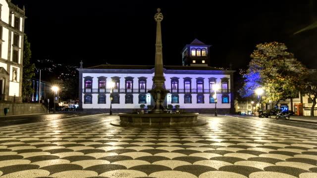 vídeos de stock e filmes b-roll de funchal câmara municipal e quadrado com uma fonte à noite timelapse. madeira, portugal - funchal madeira