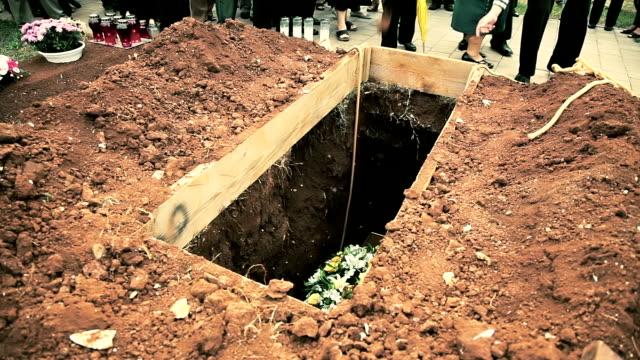 hd: funeral - ljus på grav bildbanksvideor och videomaterial från bakom kulisserna