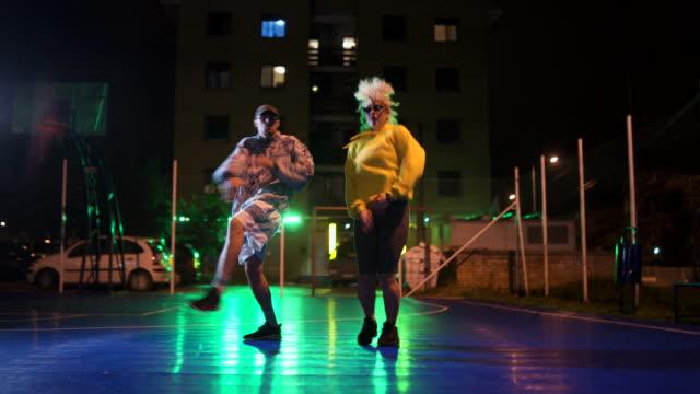vídeos de stock, filmes e b-roll de breakdancing funky dos pares - artista