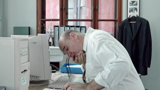 LD Funny accountant trying to stay awake while working video