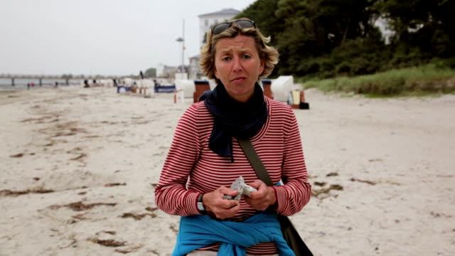 funny adult woman dancing on the beach in 1080p - aktiva pensionärer utflykt bildbanksvideor och videomaterial från bakom kulisserna