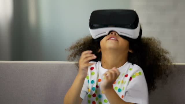 divertente ragazzo afroamericano che indossa occhiali di realtà virtuale e gioca - occhiali protettivi video stock e b–roll